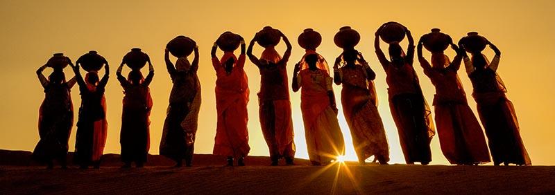 Art Wolfe – Wasserträgerinnen in Indien