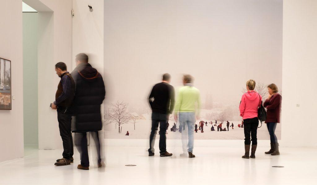 """Besucher in der Ausstellung """"Die zweite Heimat"""" mit Arbeiten von Peter Bialobrzeski"""