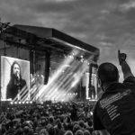 Besucher beim Konzert der US-amerikanischen Rockband Foo Fighters auf der Trabrennbahn Hamburg-Bahrenfeld am 10. Juni 2018. Auf der Videowand ist der Bandgründer, Gitarrist und Sänger Dave Grohl zu sehen.