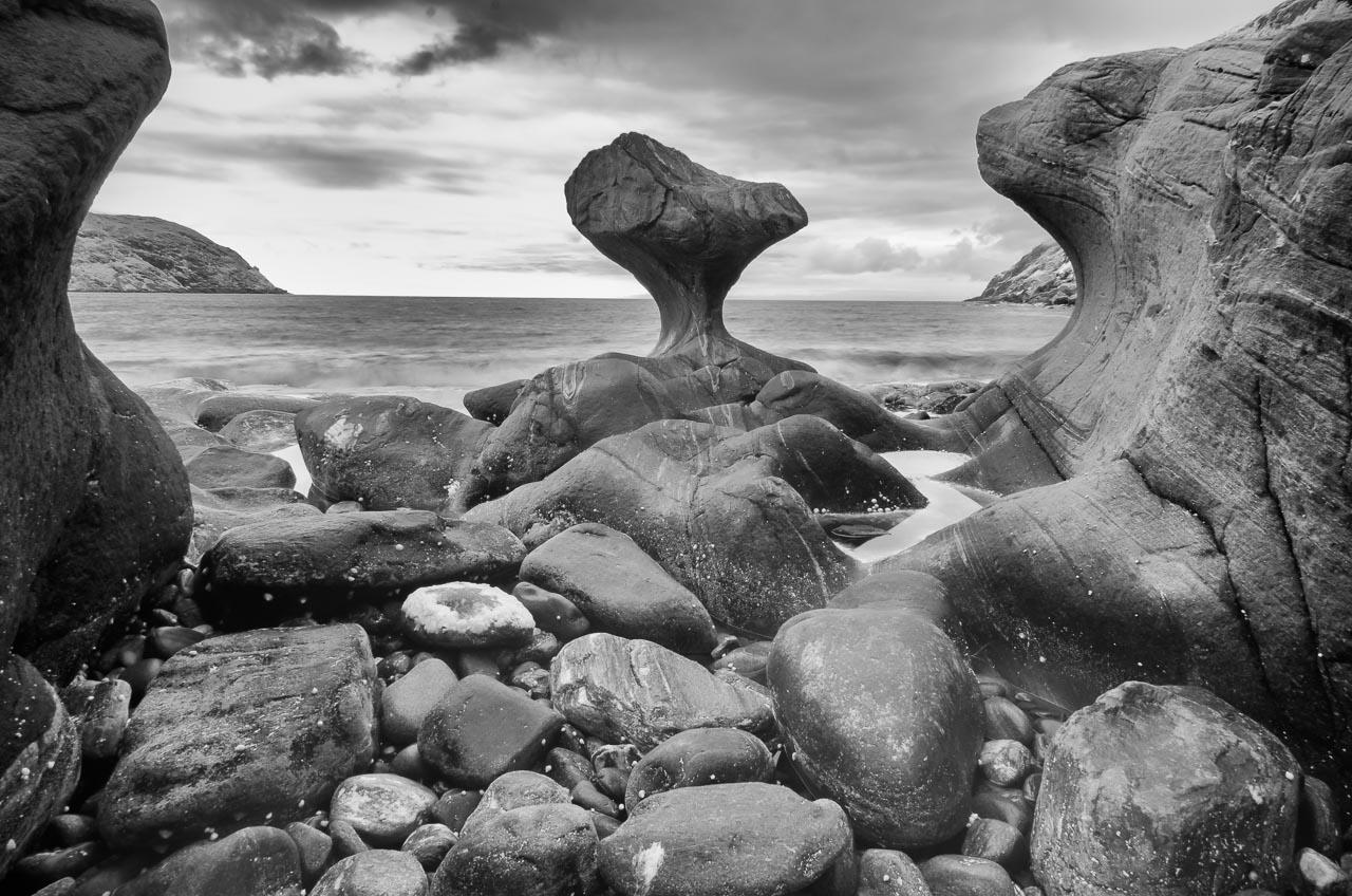 Wie eine von Menschenhand geschaffene Skulptur ragt der Fels Kannesteinen aus dem Meer hervor. Infrarotfotografie, Juni 2017 © Holger Rüdel